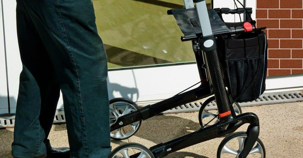 andadores-ancianos-muletas-ortopedicas-adultos-caminadores-comparativas-ventajas-mejor